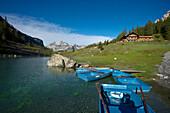 Ruderboote und Gasthof am Oeschinensee, Kandersteg, Berner Oberland, Kanton Bern, Schweiz, Europa