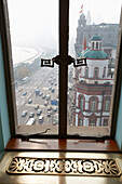 Blick aus dem Fenster des Fairmont Peace Hotel auf Nanjing Road mit The Bund am Huangpu Fluss, Shanghai, China