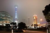 Platz im Distrikt Pudong mit Oriental Pearl Tower und Oriental Riverside Hotel, Sonderwirtschaftszone, Shanghai, China