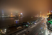 Fairmont Peace Hotel an Nanjing Road mit 'The Bund' am Huangpu Fluss, Blick auf Sonderwirtschaftszone Pudong, Shanghai, China