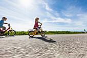 Junge und Mädchen beim Fahrradfahren, Oberbayern, Bayern, Deutschland