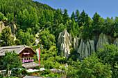 Gasthof mit Erdpyramiden von Terenten im Hintergrund, Terenten, Pustertal, Südtirol, Italien