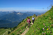 Two hikers walking along a hiking trail, Bavarian Alps and Rofan range in the background, Rotwand, Spitzing area, Bavarian Alps, Upper Bavaria, Bavaria, Germany