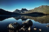 Blick zum Cradle Mountain mit Dove Lake im Vordergrund, blauer Himmel, Cradle Mountain Lake St Clair National Park, Tasmanien, Australien