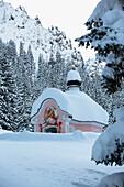 Kapelle Maria-Königin am Lautersee im Winter nach dem Schneefall, Mittenwald, Werdenfelser Land, Oberbayern, Bayern, Deutschland