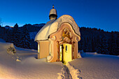 Chapel Maria Koenigin at lake Lautersee in winter with starry sky, Werdenfelser Land, Mittenwald, Upper Bavaria, Bavaria, Germany