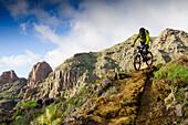 Mountainbiker bei der Abfahrt in den Bergen, Teneriffa