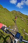 Mountainbiker am Col des Anderets, Col du Pillon, Gstaad, Saanenland, Berner Oberland, Schweiz, Europa