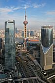 Blick vom Grand Hyatt auf die Skyline mit Oriental Pearl Tower, Pudong, Shanghai, China