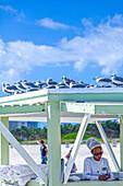 Service Station zur Badetuchausgabe des Hotel Ritz Carlton, South Beach, Miami, Florida, USA