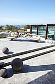 Frau auf der Dachterrasse mit Skulptur aus Treibholz und Blick aufs Meer, Hotel Areias do Seixo, Povoa de Penafirme, A-dos-Cunhados, Costa de Prata, Portugal