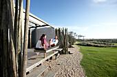 Gäste auf einer der privaten Terrassen, Hotel Areias do Seixo, Povoa de Penafirme, A-dos-Cunhados, Costa de Prata, Portugal