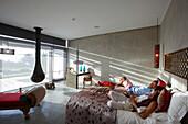 Gäste in Doppelzimmer mit Kamin und Blick auf Dünen und Meer, Hotel Areias do Seixo, Povoa de Penafirme, A-dos-Cunhados, Costa de Prata, Portugal