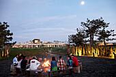 Gäste abends an der Feuerstelle 'Ring of Fire', Garten des Hotel Areias do Seixo, Povoa de Penafirme, A-dos-Cunhados, Costa de Prata, Portugal