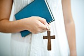 joven religiosa con cruz en la mano y libro de lectura , Young religious youth with cross in hand and religios book