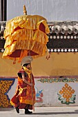 China, Qinghai, Amdo, Tongren Rebkong, Monastery of Gomar Guomari Si, Losar New Year festival, Opening ceremony, Parasol bearer