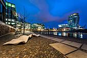 Abenddämmerung an den Marco-Polo-Terrassen und dem Marco-Polo-Tower in der Hafencity Hamburg, Deutschland