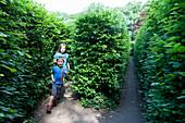 Zwei Kinder laufen durch Irrgarten, Altjeßnitz, Raguhn-Jeßnitz, Sachsen-Anhalt, Deutschland