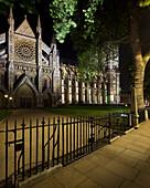 Eingang zur Westminster Abbey in der Nacht, London, England