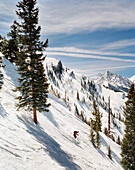 USA, Colorado, man telemark skiing, Aspen Highlands