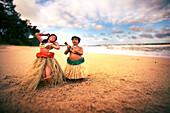 USA, HAWAII, hula figurines on the beach, Oahu