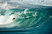 USA, Hawaii, boogie border riding the shorebreak at Waimea Bay, the North Shore