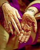 INDIA, New Delhi, henna design on woman's hand, Indian wedding, New Delhi