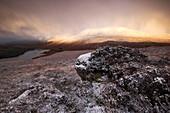 Spektakuläres Licht über den verschneiten Northwest Highlands mit Blick auf den Gipfel Beinn Eighe über dem Loch Clair im Winter zum Sonnenaufgang, Torridon, Schottland, Großbritannien