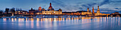 Panorama der beleuchteten Dresdner Altstadt mit Elbe, Brühlschen Terrassen, Frauenkirche, Residenzschloss und Semperoper im Blau der Dämmerung, Sachsen, Deutschland