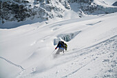 Skifahrer bei der Abfahrt auf dem Durandgletscher ins Val d Anniviers, Kanton Wallis, Schweiz