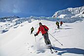 Skifahrer bei der Abfahrt auf dem Glacier de Moming, Val d Anniviers, Kanton Wallis, Schweiz