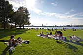 Barbeque on the Schwanenwik lawn, Alsterpark, east bank of the Outer Alster Lake, Aussenalster, Hamburg, Germany