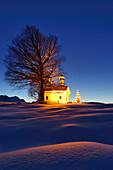 Snow-covered chapel with Christmas tree and Wetterstein range in background, Kruen, Werdenfels, Bavarian Alps, Upper Bavaria, Bavaria, Germany