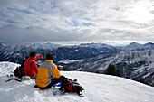 Mehrere Personen auf Skitour sitzen am Gipfel der Hochplatte und blicken auf Rofan, Skitour, Hochplatte, Achensee, Karwendel, Tirol, Österreich