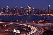 LINCOLN TUNNEL ENTRY RAMP NEW JERSEY MIDTOWN SKYLINE HUDSON RIVER MANHATTAN NEW YORK CITY USA