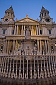 QUEEN ANNE STATUE WEST FRONT SAINT PAULS CATHEDRAL LUDGATE HILL LONDON ENGLAND UK