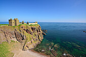 Dunnottar Castle steht auf Klippe über dem Meer, Dunnottar Castle, Aberdeenshire, Schottland, Großbritannien, Vereinigtes Königreich