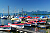 Rowing boats and sailing boats at lake Chiemsee with Hochplatt and Kampenwand in background, Gstadt, lake Chiemsee, Chiemgau, Upper Bavaria, Bavaria, Germany