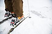 Nahaufnahme von einem Skifahrer vor Abfahrt im Tiefschneehang, Flims, Graubünden, Schweiz