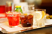 Several drinks served in a bar, Galleria Vittorio Emanuele II, Mailand, Lombardei, Italien