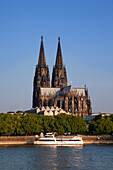 Excursion ship on the Rhine river in front of Cologne cathedral, Cologne, Rhine river, North Rhine-Westphalia, Germany