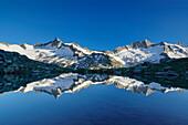 View over lake Schwarzsee to Dritte Hornspitze and Turnerkamp, Zillertal Alps, valley Zillertal, Tyrol, Austria