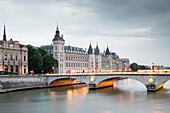 View towards the Conciergerie, Palais de Justice de Paris and Pont au Chance, Ile de la Cite, Paris, Frankreich, Europa, UNESCO World Heritage Sites (bank of Seine between Pont de Sully und Pont d'Iena)