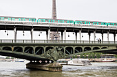 Subway crossing the Seine River at Pont de Bir-Hakeim, Eiffel Tower in the background, Paris, France, Europe, UNESCO World Heritage Sites (bank of Seine between Pont de Sully und Pont d'Iena)