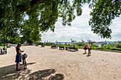 Altonaer Terrassen mit dem Hamburger Hafen im Hintergrund, Hamburg, Deutschland