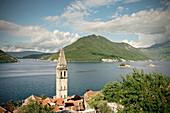 Blick auf Perast mit Kirchturm, Sankt Georg Insel und Our Lady of the Rock Insel, Bucht von Kotor, Adria Mittelmeerküste, Montenegro, Balkan Halbinsel, Europa, UNESCO