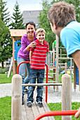 Familie auf einem Spielplatz, Steiermark, Österreich