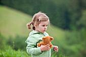 Mädchen (3 Jahre) mit einem mit Kuschelbär, Steiermark, Österreich
