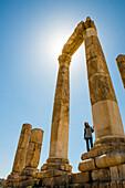 Frau besichtigt Herkulestempel, Amman, Jordanien, Naher Osten