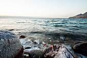 Salzverkrusteter Stein am Toten Meer, Jordanien, Naher Osten